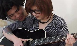 Hermosa Teen Dweeb Cogida por su top banana de guitarra Brasileñ_o.